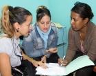 La guionista de la Revista televisiva 7x22 de Tele Bandera Ana C. Rodríguez dialoga con las especialistas del Programa de Atención Psicopastoral