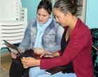 Las psicólogas Yessi Sánchez y Maidenys Aguerrebere revisan los diversos talleres ya pactados para el 2020