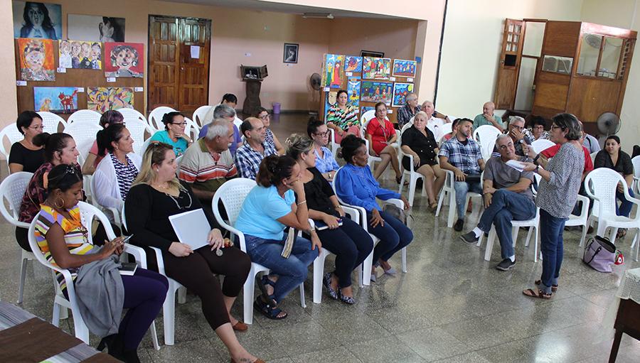Dra. Mayra Espina responde las preguntas de los participantes