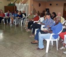 El pastor Allison Infante conversa con los participantes al Curso Introducción al Nuevo Testamento