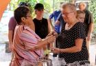 Irene Suderman (derecha), entrega las cantinas a Isis Ruiz, Cordinadora de la Pastoral para la atención a personas con necesidades especiales.