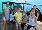 Los Ciclo Servi empleados en la distribución de alimentos para los beneficiarios, llamaron la atención de las jovencitas que integraban parte del grupo visitante
