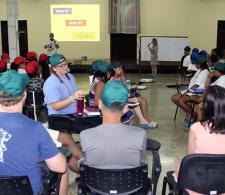Equipos rojo, verde y azul se enfrentan en la Olimpiada bíblica. Al frente, Rocío Fernández, especialista del CCRD-C