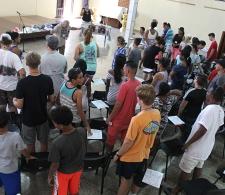 Campamento de verano para adolescentes y jóvenes. Obed E. Martínez, pastor de la Iglesia Morava (al frente) da la bienvenida