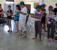 Finalizado el Taller Valores cristianos en Carta a los gálatas, Patricia de la Paz, especialista del CCRD-C (a la izq.) realiza una dinámica participativa