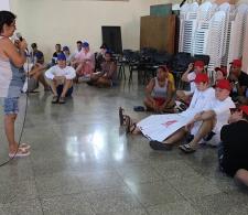 La pastora de la Iglesia Morava, Alay González Ramos, charla con los jóvenes