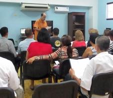 Durante la celebración. De pie, Pastor Samuel Hernández