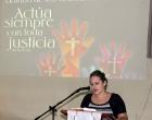 Una de las psicólogas del CCRD-C lee un mensaje de unidad