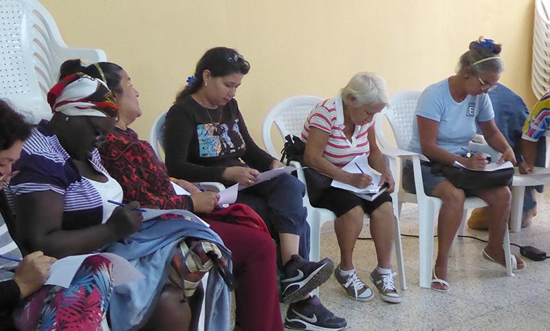 Las cuidadoras completan una encuesta sobre señales de alerta y estrategias de afrontamiento