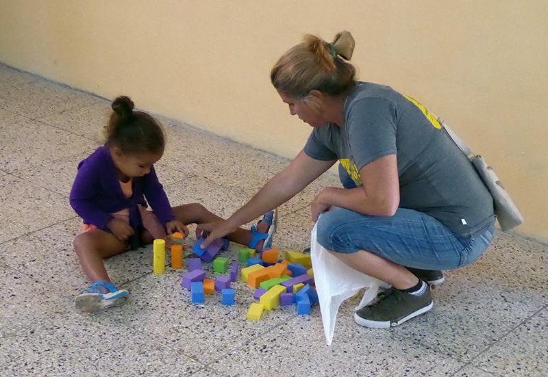 Profesional de Jovellanos atiende a los niños pequeños mientras se efectúa el Taller