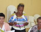 Madre lee el texto Las siete actitudes positivas del cuidador