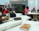 Durante el Curso bíblico para adultos. De pie, Diego Valdés, coordinador del CID