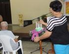 Madeline Salazar, enciende la vela que simboliza el inicio del Adviento