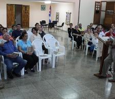 El coordinado del CID, Diego Valdés (de pie, a la izquierda) anuncia la próxima exposición que tendrá lugar en el CCRD-Cuba