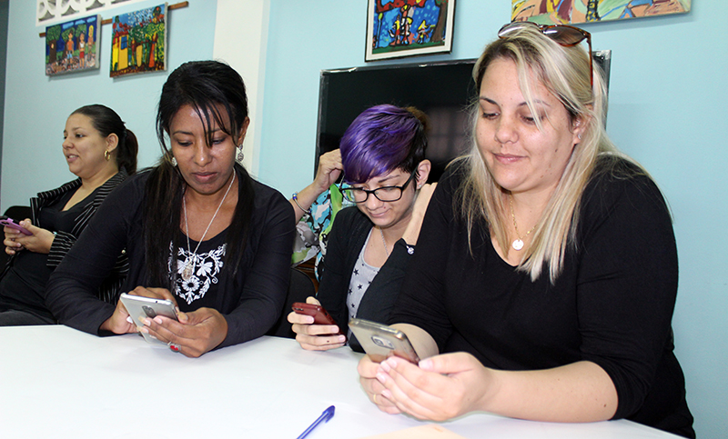 Participantes al taller intercambian en las redes