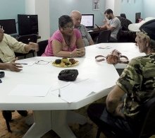 Alfredo Rojas Donatién, especialista del CCRD-C (izquierda), comenta sobre la capacitación que realizamos a emprendedores
