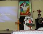El Rev. Samuel I. Hernández da la bendición final