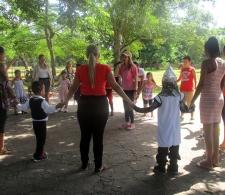 Durante los juegos de participación entre niños y padres