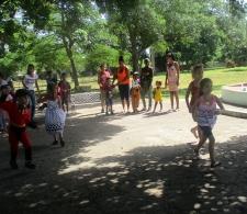 Los niños disfrutando de los juegos