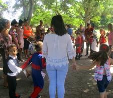 Niños y padres cantando
