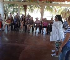 A la derecha, Gladys Olivera y Madennis Díaz, especialistas de la Casa de los Abuelos