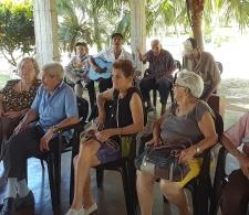 Un grupo de ancianos comparte su canto