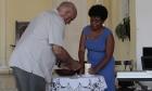 Rev. Edelberto Valdés, pastor de la IPR de Caibarién enciende una vela en honor a Lois