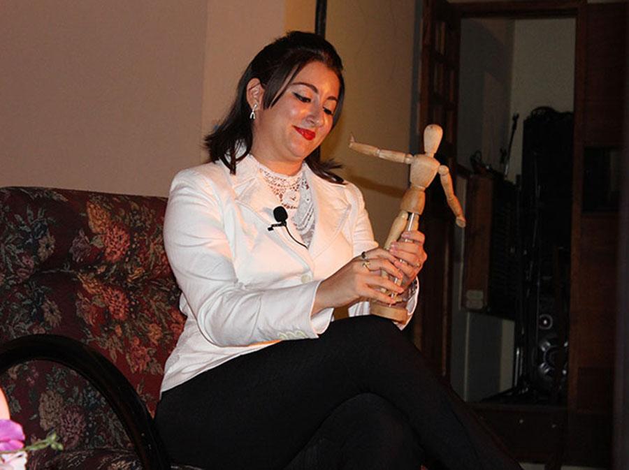 El simbolismo siempre ha sido un elemento principal para el teatro. En escena, Elaine de La Paz Sarraff, la funcionaria de la obra Un enemigo del pueblo