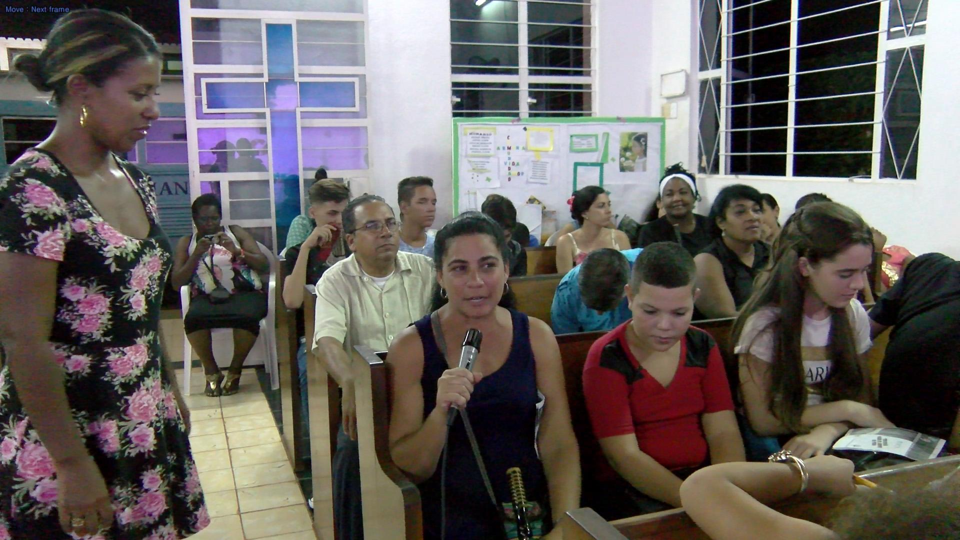 Valia Solis Peraza, coordinadora de la Psicopastoral en el CCRD-C, facilita el debate después de la representación teatral en Los Arabos