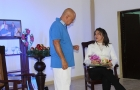 El Dr. Stockmann, ejecutado por Diego Valdés y la ejecutiva, Elaine de La Paz Sarraff, en una de las escenas de Un enemigo del pueblo