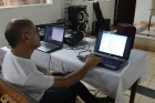 Victor J. Calderín prepara las condiciones técnicas para la puesta en escena en Los Palos