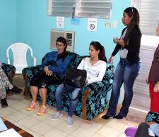 Beneficiarias del Programa Psicopastoral, junto a las psicólogas, conversan con Diana Montealegre