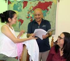 Diego Valdés, Coordinador del CID entrega a Diana Montealegre el libro de historietas del CCRD-C