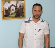 El artista Jesús Rivero junto a una de sus obras