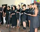Ivett Burgois y el coro de la Iglesia de Cristo de Matanzas