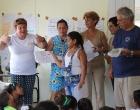 Durante la premiación del concurso de dibujo. A la izquierda, Bárbara Guerra Rubí, líder católica, facilitadora del grupo gestor
