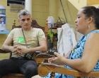 Frank Velázquez, especialista del CCRD-C, durante la evaluación, con María Pupo, pastora pentecostal, una de las líderes del grupo gestor