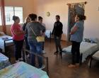La Directora de la escuela de Merceditas (derecha) dialoga con representantes del CCRD-C