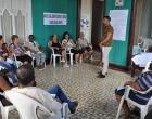 Eduardo Nieto, Lic. en Ciencias Jurídicas, especialista del CCRD-C, escucha las preocupaciones de los asistentes al taller