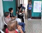 La psicóloga Rocío Fernández, especialista de la Pastoral para la Reflexión y el Diálogo (de pie) intercambia con los asistentes al taller