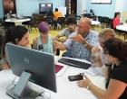 Uno de los equipos de trabajo formados debate sobre la realización del audiovisual