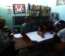 La mayor Lucía, de la Oficina de Atención a Menores, de Varadero, y la psicóloga Maidenys Aguerrebere (al centro), junto a los adolescentes que participaron en la actividad