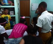 Los adolescentes en un trabajo grupal