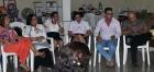 Joven emprendedor (al centro) acompañado por su colectivo de trabajo