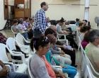 El pastor Samuel Hernández González (de pie) guía los motivos de oración
