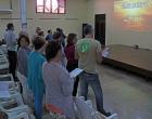 En el devocional, entonando el himno Vaso nuevo