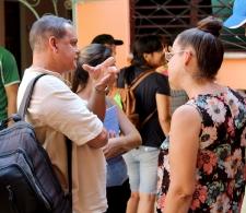 César Parra, representante del Centro Lavastida charla con Beatriz Lima