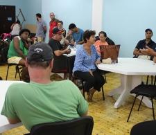 Diego Valdés, coordinador del Centro de Información y Documentación (a la derecha) habla sobre las diferentes actividades culturales llevadas a término y las por venir