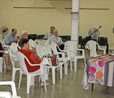 El Rev. Raimundo García Franco, fundador del CCRD-C (derecha), da inicio a la reunión ordinaria de la Junta Directiva