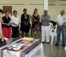 Directora Ejecutiva del CCRD-C, Lic. Rita M. García Morris (izquierda), presenta a los coordinadores del Centro (de pie)